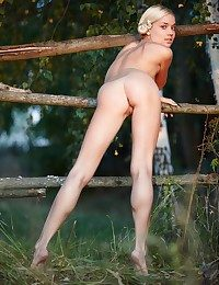 Comme �a cutie forth nubile body and legs that are to die for.