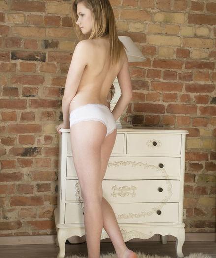 Isabela nude in erotic PRESENTING ISABELA gallery - MetArt.com