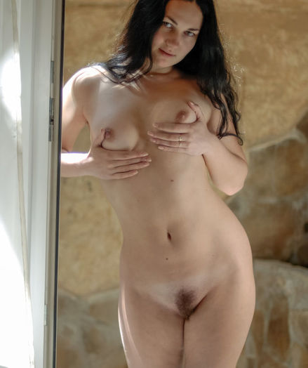 Softcore Bombshell - Naturally Luxurious Amateur Nudes