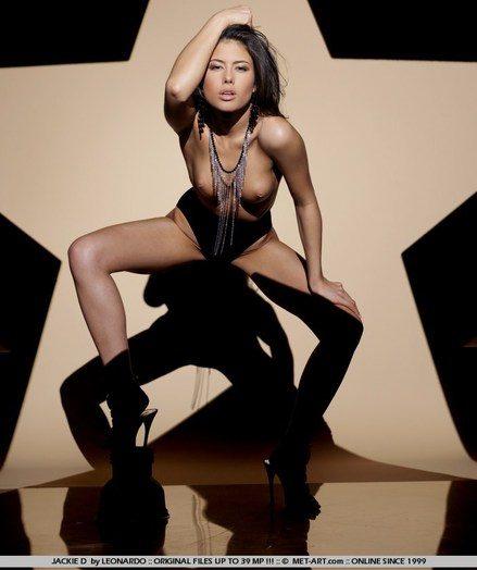 Ultra seductive brunette in a dazzling erotic performance.