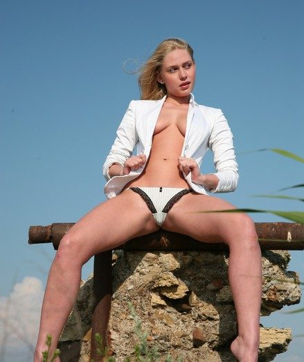 Busty blonde takes off her jacket and panties exposed to transmitted to beach